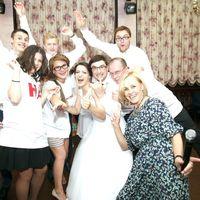 Вот такая движуха у нас на свадьбах всегда!!! И, несомненно, найдется среди гостей  неутомимый живчик, каким оказался Дима Сафронов, солист группы Радиосигналы. Зажигали хорошо-о-о!!! Фотограф