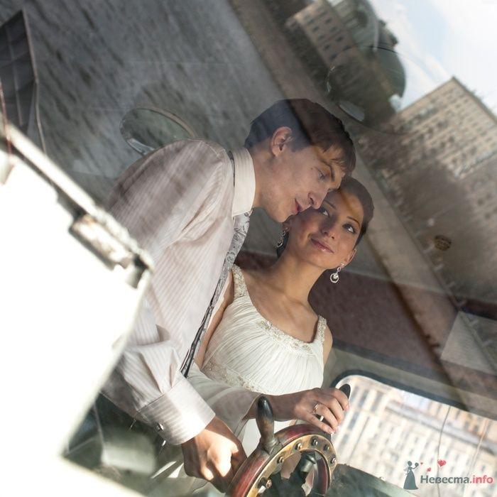Жених и невеста, прислонившись друг к другу, стоят  у окна - фото 29453 Фотограф Константин Титов