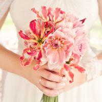 Розовый букет невесты из лилий и астр