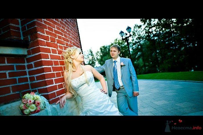 Жених и невеста стоят рядом на фоне кирпичной стены - фото 48694 KyKyWkA