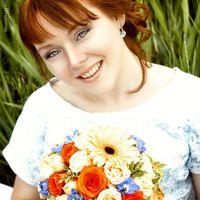 Яркий летний образ невесты с букетом невесты из гербер и роз для пуговичной свадьбы с желтом и синем цвете