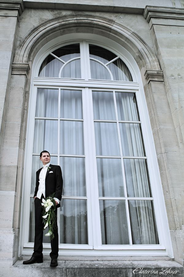 """Классический черный костюм жениха """"тройка"""" с белыми рубашкой, жилеткой и шейным платком и с белой бутоньеркой в петлице пиджака - фото 986097 Ekaterina Zehner Photography"""
