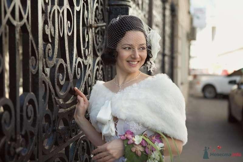 Причёску невесты украсила белая вуалетка с шелковым цветком ручной работы и тонкими страусиными перьями а на плечах белая меховая - фото 23581 Эльмира
