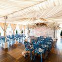 Декор зала для выездной церемонии. синие стулья