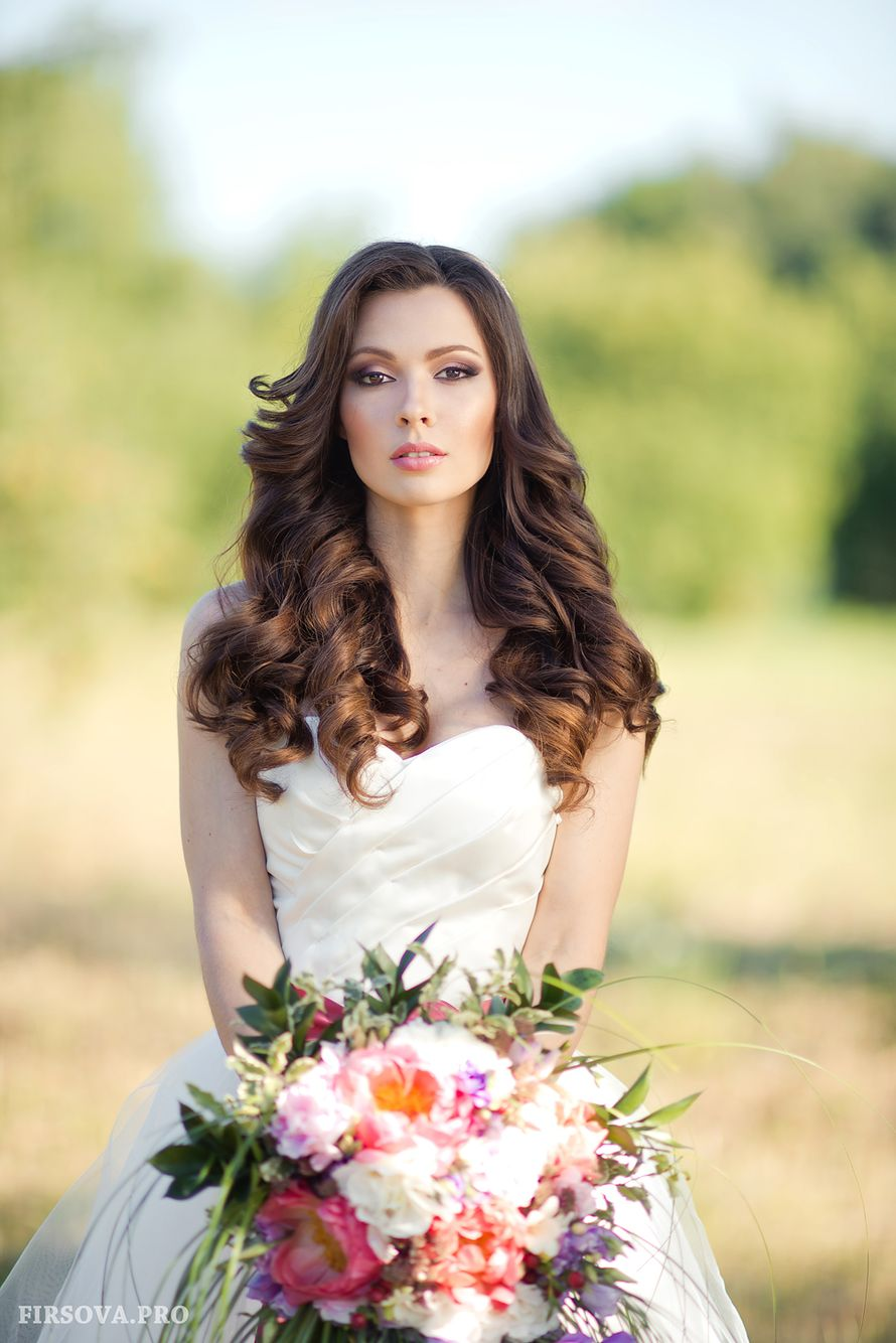 Невеста с прической из распущенных объемных длинных локонов, с макияжем в розовом тоне - фото 2706536 Фотограф Катя Фирсова