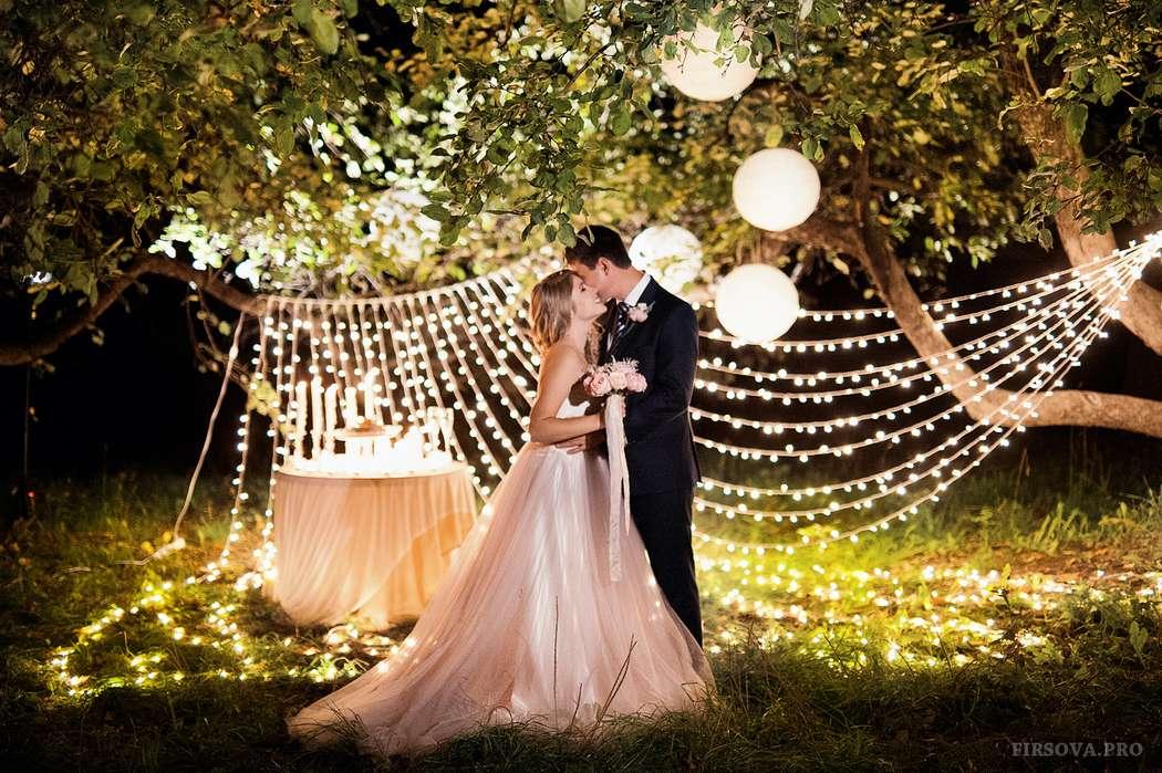 свадьба в лесу, фотозона, лампочки. Декор Юлия Перовская - фото 6996832 Фотограф Катя Фирсова
