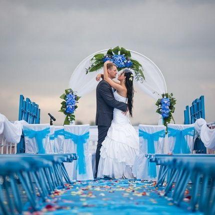 Ведущая на выездную регистрацию брака