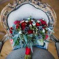 Букет невесты из анемонов, ранункулусов, кустовой гвоздики, ваксфлауэра, шишек и зелени  Флорист Рина Озерова