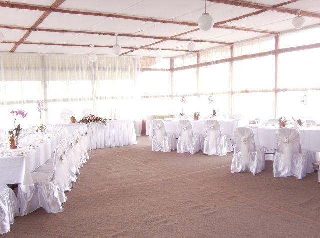 """Вот так выглядит банкетный зал. Только еще и на потолке будут """"волны"""" из белой ткани"""