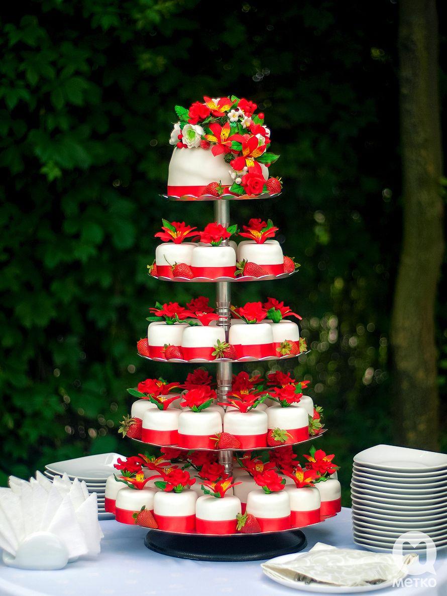Свадебный торт с капкейками фото красно золотой