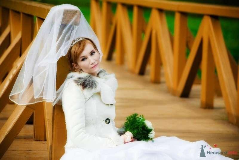 Невеста с букетом цветов сидит на деревянном мосту - фото 61462 Нонсенс