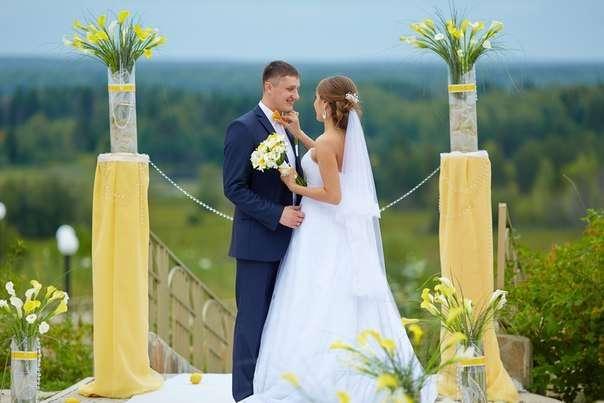 Колоны в желтой ткани и букетах цветов на свадебной церимонии - фото 3453697 Агентство Свадебный Вальс