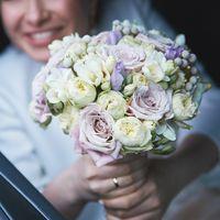 Свадебный букет из пионовидных роз, фрезии, брунии и акцентов из эустомы