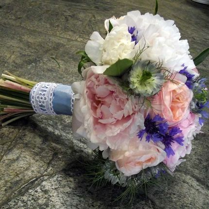 Букет невесты с пионами и розами