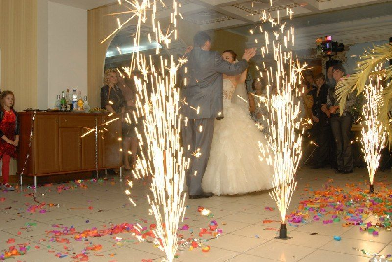 Фейерверк на свадебном торте фото