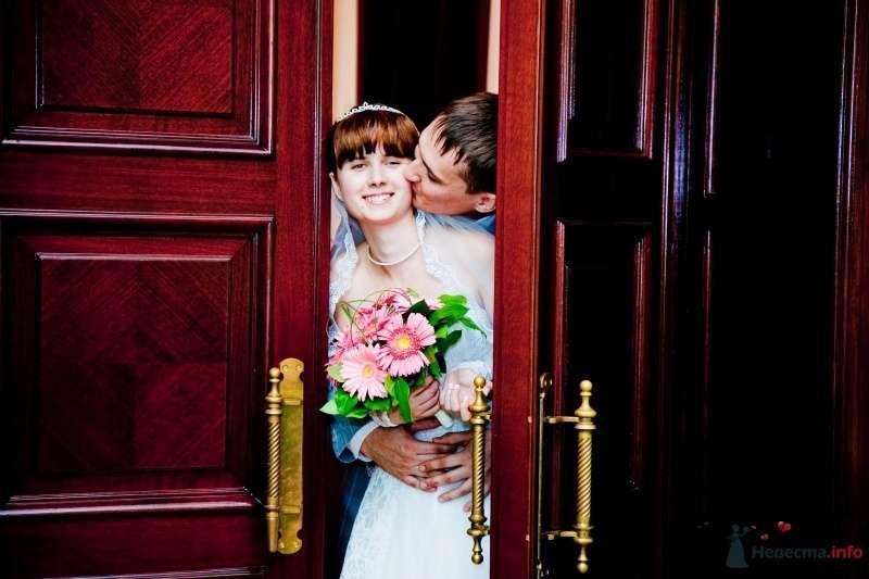 Жених и невеста стоят, прислонившись друг к другу, у большой двери - фото 41137 Lexandra