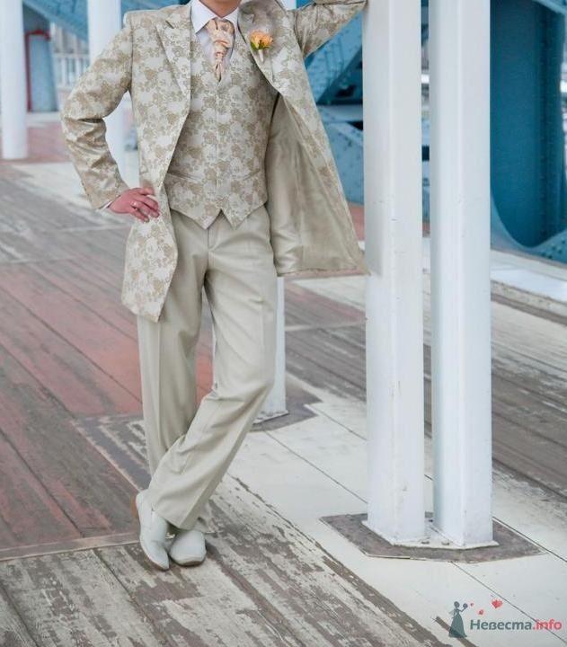 """Костюм жениха """"тройка"""" с узорчатыми бежевыми пиджаком и жилеткой, бежевыми брюками, белой рубашкой, оранжевым галстуком, белыми - фото 31319 Пряник"""
