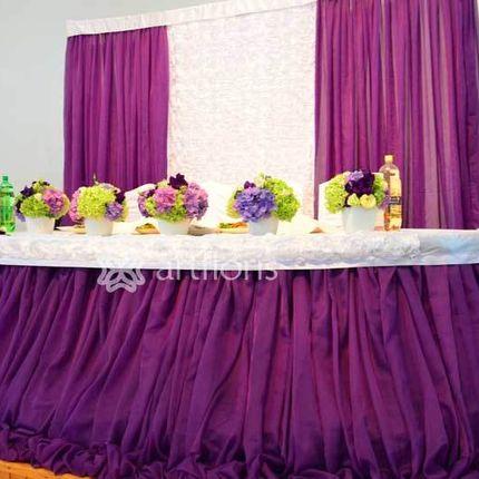 Оформление свадебного президиума тканью с объемными розами стол и фон