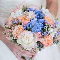 Букет невесты из белых пионов и латирусов, персиковых роз, голубых гортензий и незабудок
