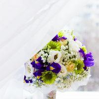 Зелено-сиреневый букет невесты из ирисов, роз и эустом
