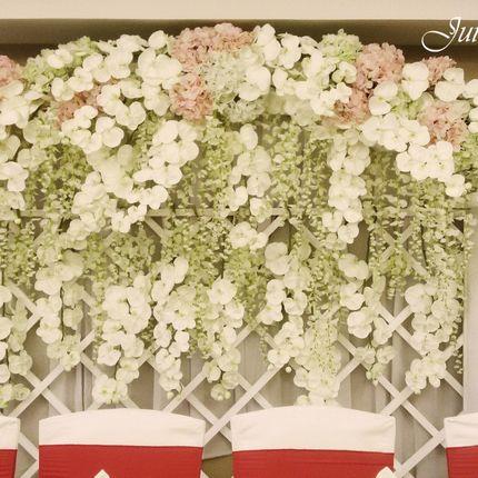 Ширма с каскадом из латексных цветов