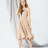 Модель EMSE 0272 Коктейльное кружевное платье А-силуэта отрезное по линии талии длиной ниже середины колена. Юбка покроя солнце-клеш. Вырез горловины V-образной формы, декорирован сеткой и кружевом. В боковом шве- потайная молния. Основная ткань: костюмно