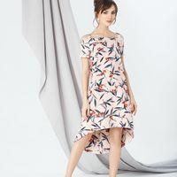 Модель EMSE 0298 Коктейльное платье трапециевидного силуэта, с ассиметричной линией низа. Спереди длина платья выше линии колена, сзади - ниже линии колена.  Вырез с открытой линией плеч, на бретелях. Рукав реглан, короткий.  В среднем шве спинки - потайн