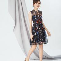 Модель EMSE 0251 Кружевное платье А-силуэта отрезное по линии талии, длиной выше линии колена. На юбке заложены бантовые складки. В среднем шве спинки- потайная молния.На подкладке. Основная ткань: кружево, подкладка. Цвет: белый, кружево: цветочный узор,