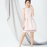 Модель EMSE 0245 Выпускное платье приталенного силуэта длинной выше уровня колена из нескольких видов ткани, отрезное по лини талии. Лиф с укороченным плечом и фигурной проймой верхний слой из сетки «плиссе». Вырез горловины круглый. Талия со вставкой поя