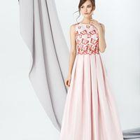 Модель EMSE 0278 Вечернее платье А-силуэта, отрезное по линии талии, длиной в пол. На юбке заложены бантовые складки. Лиф декорирован кружевом, вырез горловины ассиметричный, спереди- в форме «лодочка», сзади V-образной формы. Линия талии декорирована кру
