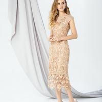 Модель EMSE 0265 Выпускное платье прилегающего силуэта длинной ниже уровне колена со спущенным плечом и вырезом горловины «лодочка». Кружевной слой платья длиннее основы с низом имеющим красивый декоративный срез, который украшает низ платья. В среднем шв