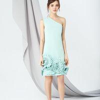 Модель EMSE 0241 Коктейльное платье полуприлегающего силуэта, длиной выше линии колена. С ассиметричным вырезом горловины, на одно плечо. Нижняя часть платья декорирована воланами.  В среднем шве спинки - потайная молния. На подкладке.  Основная ткань: ко
