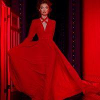 Модель EMSE 0230 красного цвета Вечернее платье длиной в пол с глубоким V-образным вырезом на запахе. Рукава покроя «кимоно», заужены к низу, длиной до запястья. На лифе и спинке оформлены сборки. Юбка имеет большое расширение к низу, пояс декорирован бло