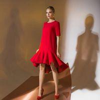 Цена 148,00. Модель EMSE 0347 Коктейльное платье «A»-силуэта с асимметричной линией низа и притачным воланом по низу. Рукава короткие, выше уровня локтя. В среднем шве спинки -застежка на навесную петлю и пуговицу. Изделие на подкладке. Основная ткань: Ос