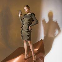 Цена 195,00. Модель EMSE 0350 Коктейльное платье прилегающего силуэта длиной выше уровня колена. В рельефы переда и спинки вставлены воланы. Волан спинки длиной ниже линии талии. Рукава длинные. В среднем шве спинки - застежка на потайную тесьму «молния».