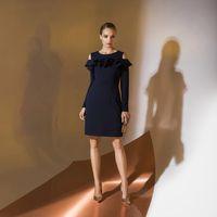 Цена темно-синего 145,00. Модель EMSE 0326 Коктейльное платье полуприлегающего силуэта длиной выше уровня колена, с рукавом. Горловина переда и спинки имеет форму «лодочка». Верх переда декорирован воланами, верхний из них переходит на рукав. Спинка разре