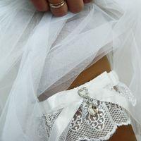 """Свадебная подвязка """"Аина"""", изящное белое кружево с красивой каплевидной подвеской-кристаллом."""