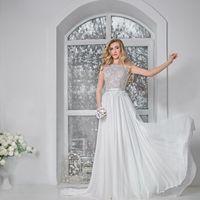 Дженни (TF) Безкорсетное и легкое свадебное платье А-силуэта. Закрытый верх этого прекрасного платья выполнен и тонкого нежного кружева, спинка открытая и выполнена в  V-образной форме с кружевными краями. Идеальная посадка на груди благодаря удобным чаше