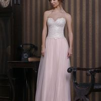 Ненси (VN) Открытое свадебное платье с ярко выраженным декольте в форме сердца. Корсет платья расшит кружевом из шелковой нити с очень необычным дизайнерским подходом. Юбка платья пудрового цвета из легкого тонкого фатина. Отличное платье прямого силуэта,