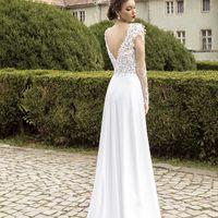 Касабланка (AR) Кружевное свадебное платье с прозрачными фатиновыми рукавами. Платье позволяет показать себя во всей красе как в области декольте, так и подчеркнуть красивую спинку с элегантным Vобразным вырезом. Юбка платья с вертикальным разрезом, легка