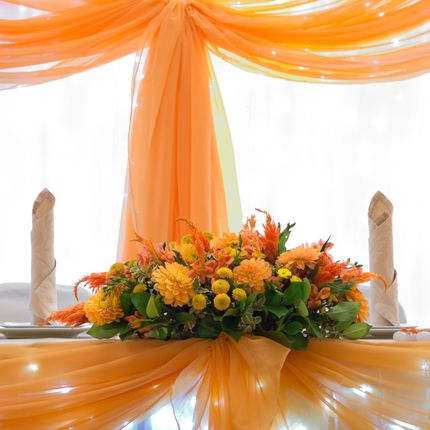 Оранжевая композиция на президиум