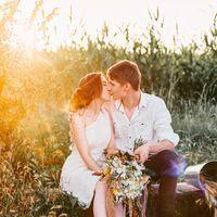 жених и невеста в лучах закатного солнца