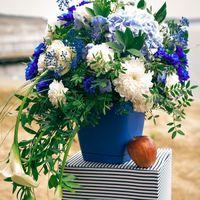 Цветочная композиция может стать украшением для:  - зоны выездной регистрации - столов гостей - сладкого стола и зоны пожеланий  Стоимость зависит от: - цветов, которые используются в композиции;  - подложки под композицию (стеклянная ваза, деревянный ящи