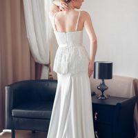 Изящное шелковое платье с кружевной баской. Лиф на корсажной основе, юбка-годе с удлинением по спинке, отделка-кордовое кружево. Застежка-молния по спинке, пояс вшит. Цвет: айвори Размер: 42-44 Бесплатно: подгонка по длине и минимальная по фигуре Доставка
