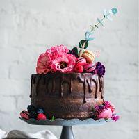 Тройное шоколадное удовольствие-шоколадный бисквит,шоколадный крем и ганаш . Шикарный свадебный торт с французскими makaroni  и нежными цветами.