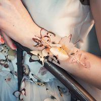 Браслет, платье Treasure  Фото: