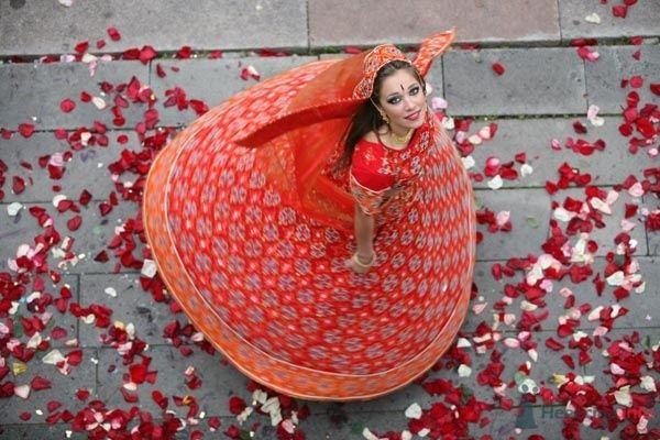 Невеста в красном свадебном платье танцует на улице - фото 53268 Mary_yoko