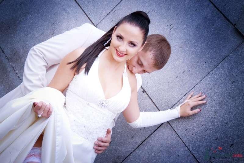 Жених и невеста стоят, прислонившись друг к другу, на фоне стены здания - фото 38524 Парикмахер-визажист Надежда Данюшкина