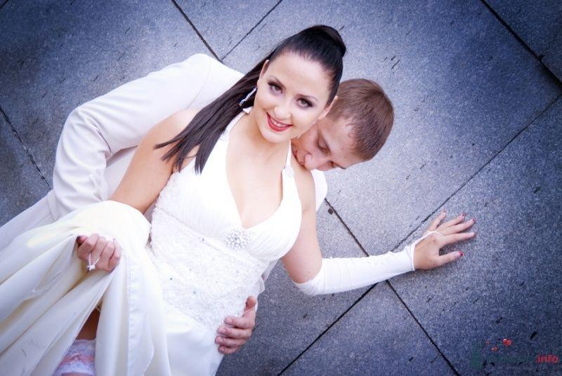 Жених и невеста стоят, прислонившись друг к другу, на фоне стены - фото 38524 Парикмахер-визажист Надежда Данюшкина