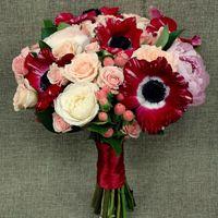 Бордово-розовый букет с пионом и анемонами